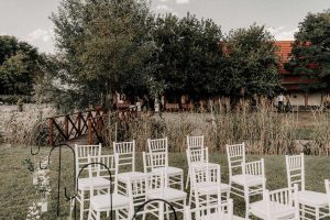 esküvői-helyszín-székek-lantai-birtok